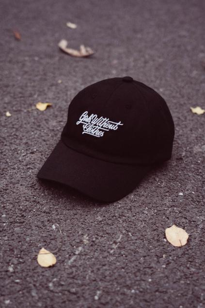 Černá Dad Hat s ohlým kšiltem a velkou typo