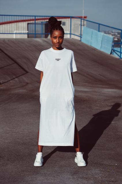 Dlouhé bílé trikošaty malá typo