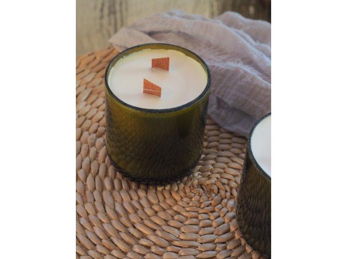 Svíčka z recyklované láhve od vína se sojovým voskem