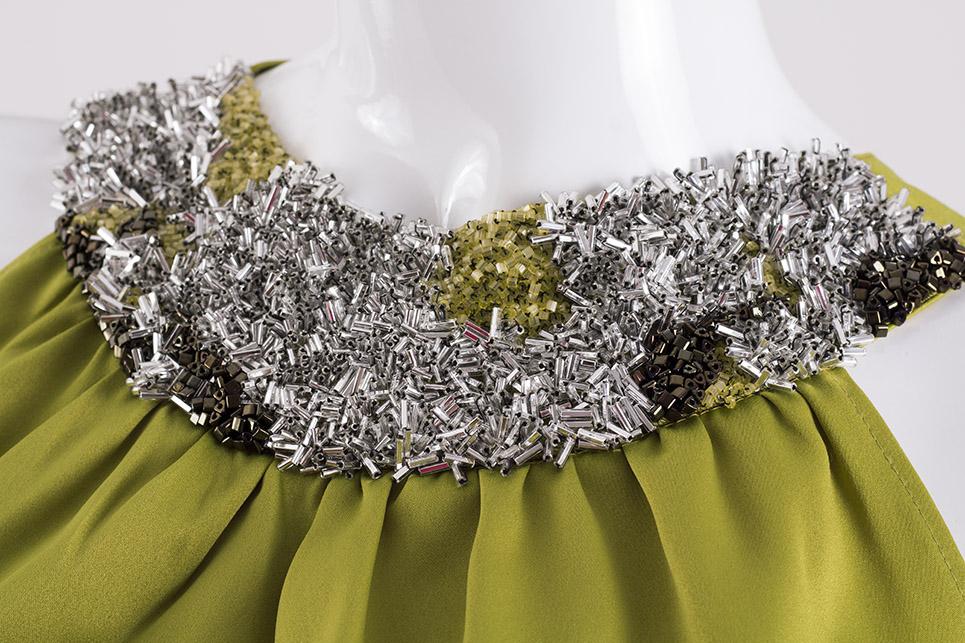 Topy s vyšívaným náhrdelníkem