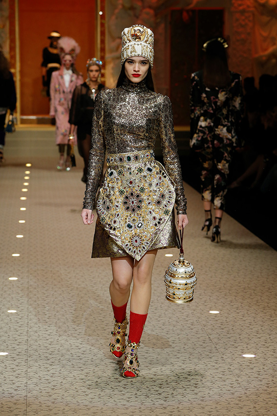 dolce-and-gabbana-fall-winter-2018-19-women-fashion-show-runway-09