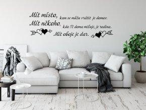 Samolepka na zeď - Mít místo, kam se můžu vrátit je domov. Mít někoho, kdo Tě doma miluje, je rodina. Mít oboje je dar.