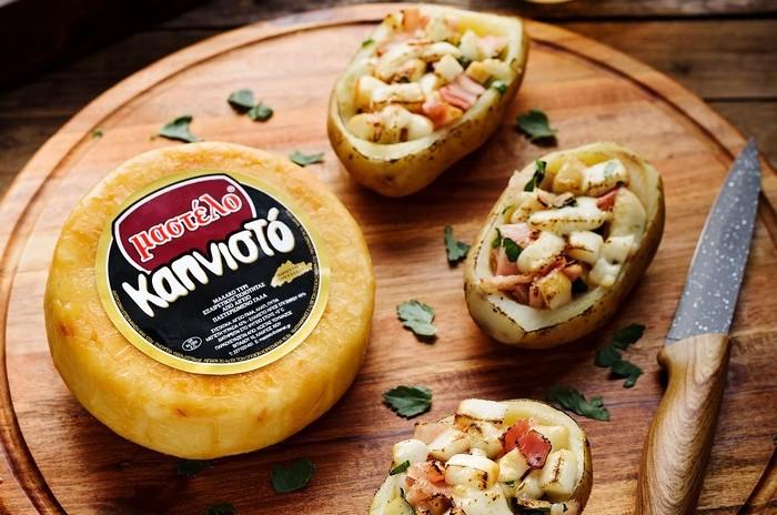 Pečená brambora s uzeným sýrem Mastelo a slaninou.