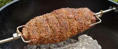Vepřová krkovice Gaucho Argentina rožněná v kotlovém grilu Weber