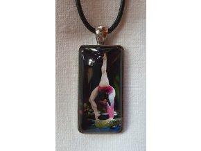 Šňůrka na krk s obdélníkem černá gymnastka ve stojce na kladině