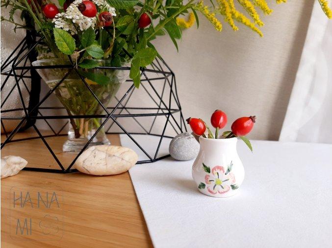 vázička s malovanou květinou