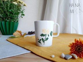 malovaný hrnek s chryzantémou