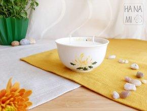 svíčka v misce s chryzantémou