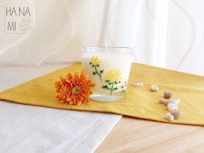 svíčka ve sklenici s chryzantémou