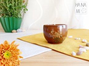 svíčka v pohárku s chryzantémou