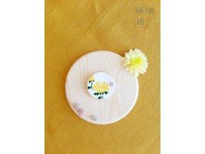 keramická brož s chryzantémou