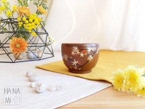 svíčka v keramickém hrnečku s javory