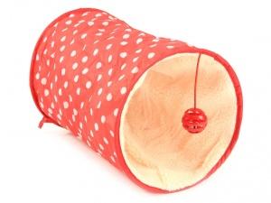 Červený tunel pro kočky se zavěšenou hračkou, pohled do tunelu