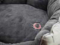 """Unikátní oboustranný pelíšek pro psy s funkcní """"Thermo switch"""" – z jedné strany hřející, vykládaný kožešinou, z druhé chladivý. Barva stříbrno-šedá. (2)"""