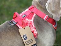 Ergonomický nastavitelný postroj pro psy HURTTA z měkkého prodyšného polyesteru se zvýšenou odolností vůči povětrnostním vlivům. Barva červená, vzor Coral CAMO. (FOTO 9)