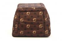 Multifunkční pelíšek pro psy sloužící jako uzavřená bouda nebo pelíšek s okrajem. Barva hnědá se vzorem. (6)