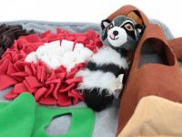 Čmuchací kobereček je skvělá interaktivní hra pro psy každého věku či velikosti. Nejlepší pamlsek je přeci ten, který si sami najdou! Kobereček kombinuje materiály a tvary úkrytů pro maximální zapojení psích smyslů. (5)