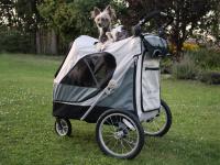 Velký kočárek pro psy s 38cm kolečky a nosností až 45 kg patřící k největším kočárkům pro psy na trhu. Rozměry kabiny 85 × 55 × 60 cm, možnost připevnění upravovacího stolku. FOTO 3