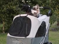 Velký kočárek pro psy s 38cm kolečky a nosností až 45 kg patřící k největším kočárkům pro psy na trhu. Rozměry kabiny 85 × 55 × 60 cm, možnost připevnění upravovacího stolku. FOTO 6