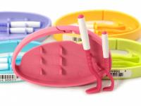Funkční háčky na klíšťata v praktickém plastovém pouzdru s možností připnutí na batoh apod. Obsahuje dva háčky na malá i větší klíšťata. Výběr barev. (2)