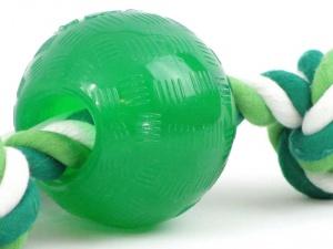 """Kousací hračka pro psy – míček z """"nezničitelné"""" gumy s provlečeným provazem s vůní a příchutí máty (detail)"""