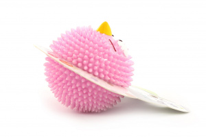 Kousací a aportovací hračka pro psy z poloměkké gumy s tvarovanými výstupky. Hračka má jemnou jahodovou vůni a chuť. Barva růžová. (3)