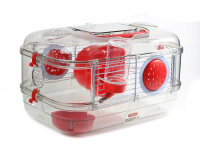 Malá klec z kombinace plastu a kovových bočnic pro křečky, myši a další malé hlodavce. Klec obsahuje i napáječku, misku na krmení a kolečko na běhání. (2)