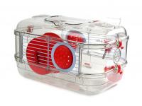 Malá klec z kombinace plastu a kovových bočnic pro křečky, myši a další malé hlodavce. Klec obsahuje i napáječku, misku na krmení a kolečko na běhání. (3)