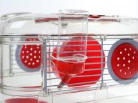 Malá klec z kombinace plastu a kovových bočnic pro křečky, myši a další malé hlodavce. Klec obsahuje i napáječku, misku na krmení a kolečko na běhání. (4)