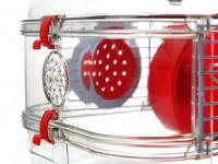 Malá klec z kombinace plastu a kovových bočnic pro křečky, myši a další malé hlodavce. Klec obsahuje i napáječku, misku na krmení a kolečko na běhání. (5)
