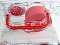 Malá klec z kombinace plastu a kovových bočnic pro křečky, myši a další malé hlodavce. Klec obsahuje i napáječku, misku na krmení a kolečko na běhání. (6)