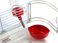Malá klec z kombinace plastu a kovových bočnic pro křečky, myši a další malé hlodavce. Klec obsahuje i napáječku, misku na krmení a kolečko na běhání. (7)