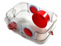 Malá klec z kombinace plastu a kovových bočnic pro křečky, myši a další malé hlodavce. Klec obsahuje i napáječku, misku na krmení a kolečko na běhání. (8)