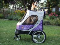 Kočárek pro psy s 38cm kolečky a nosností až 30 kg. Rozměry kabiny 72 × 45 × 60 cm, možnost připevnění upravovacího stolku. Barva fialovo-šedá. FOTO 3