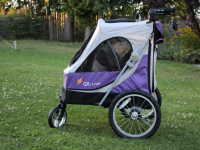Kočárek pro psy s 38cm kolečky a nosností až 30 kg. Rozměry kabiny 72 × 45 × 60 cm, možnost připevnění upravovacího stolku. Barva fialovo-šedá. FOTO 5
