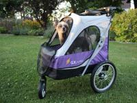 Kočárek pro psy s 38cm kolečky a nosností až 30 kg. Rozměry kabiny 72 × 45 × 60 cm, možnost připevnění upravovacího stolku. Barva fialovo-šedá. FOTO 7