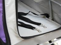 Kočárek pro psy s 38cm kolečky a nosností až 30 kg. Rozměry kabiny 72 × 45 × 60 cm, možnost připevnění upravovacího stolku. Barva fialovo-šedá. 8