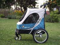 Kočárek pro psy s 38cm kolečky a nosností až 30 kg. Rozměry kabiny 72 × 45 × 60 cm, možnost připevnění upravovacího stolku. Barva modro-šedá. FOTO 4