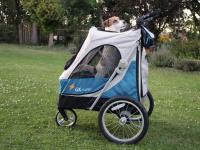 Kočárek pro psy s 38cm kolečky a nosností až 30 kg. Rozměry kabiny 72 × 45 × 60 cm, možnost připevnění upravovacího stolku. Barva modro-šedá. FOTO 9