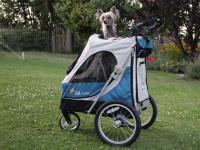 Kočárek pro psy s 38cm kolečky a nosností až 30 kg. Rozměry kabiny 72 × 45 × 60 cm, možnost připevnění upravovacího stolku. Barva modro-šedá. FOTO 2