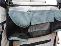 Kočárek pro psy s 38cm kolečky a nosností až 30 kg. Rozměry kabiny 72 × 45 × 60 cm, možnost připevnění upravovacího stolku. Barva tmavě šedá-šedá. Detail 10