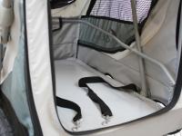 Kočárek pro psy s 38cm kolečky a nosností až 30 kg. Rozměry kabiny 72 × 45 × 60 cm, možnost připevnění upravovacího stolku. Barva tmavě šedá-šedá. Detail.