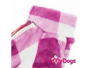Obleček pro fenky – zimní overal FUCHSIA od ForMyDogs z jednovrstvé plyšové kožešiny. Zapínání na zip zádech, zvýšený límec pro lepší ochranu krku. (2)