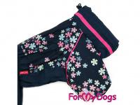 Obleček pro fenky malých až středních plemen – komfortní a funkční pláštěnka FLOWERS BLUE od For My Dogs. Zapínání na zip na zádech, hedvábná podšívka, reflexní prvky. (2)