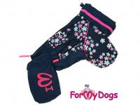 Obleček pro fenky malých až středních plemen – komfortní a funkční pláštěnka FLOWERS BLUE od For My Dogs. Zapínání na zip na zádech, hedvábná podšívka, reflexní prvky.