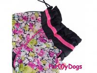 Obleček pro fenky malých až středních plemen – komfortní a funkční pláštěnka COLOR FLOWERS od For My Dogs. Zapínání na zip na zádech, hedvábná podšívka, reflexní prvky. (2)