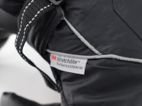 Obleček pro psy i fenky – zimní bunda BRIZON BLACK z voduodpuzujícího a větruodolného materiálu. Bunda má prodyšnou membránu a plyšovou podšívku. Snadné zapínání na sponu, barva černá. (10)