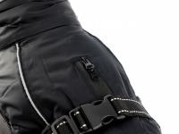 Obleček pro psy i fenky – zimní bunda BRIZON BLACK z voduodpuzujícího a větruodolného materiálu. Bunda má prodyšnou membránu a plyšovou podšívku. Snadné zapínání na sponu, barva černá. (7)