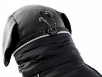 Obleček pro psy i fenky – zimní bunda BRIZON BLACK z voduodpuzujícího a větruodolného materiálu. Bunda má prodyšnou membránu a plyšovou podšívku. Snadné zapínání na sponu, barva černá. (8)