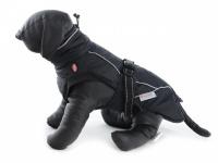 Obleček pro psy i fenky – zimní bunda BRIZON BLACK z voduodpuzujícího a větruodolného materiálu. Bunda má prodyšnou membránu a plyšovou podšívku. Snadné zapínání na sponu, barva černá.
